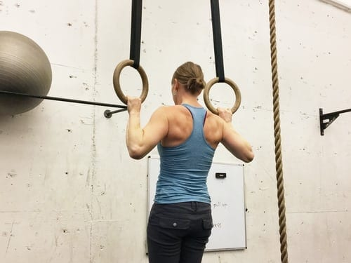 woman doing upper body calisthenics workout